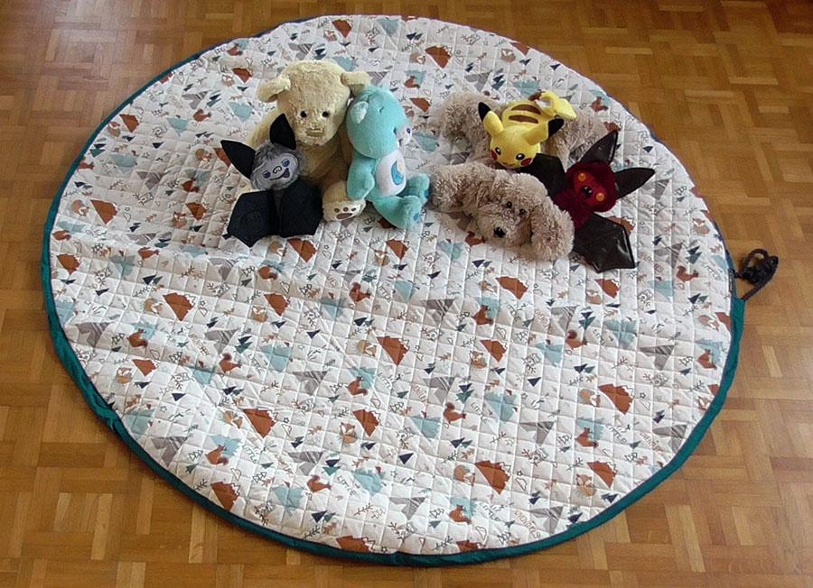 photo tapis jeu avec peluches